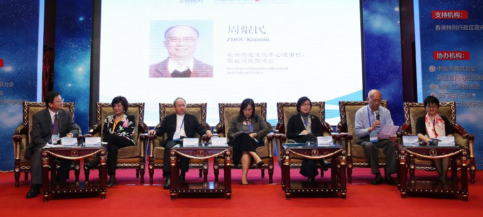 全體大會沙發座談環節,左起:王曉輝(主持人)、江素惠、陳立恆、古榕、許曉暉、周焜民、郭向紅。
