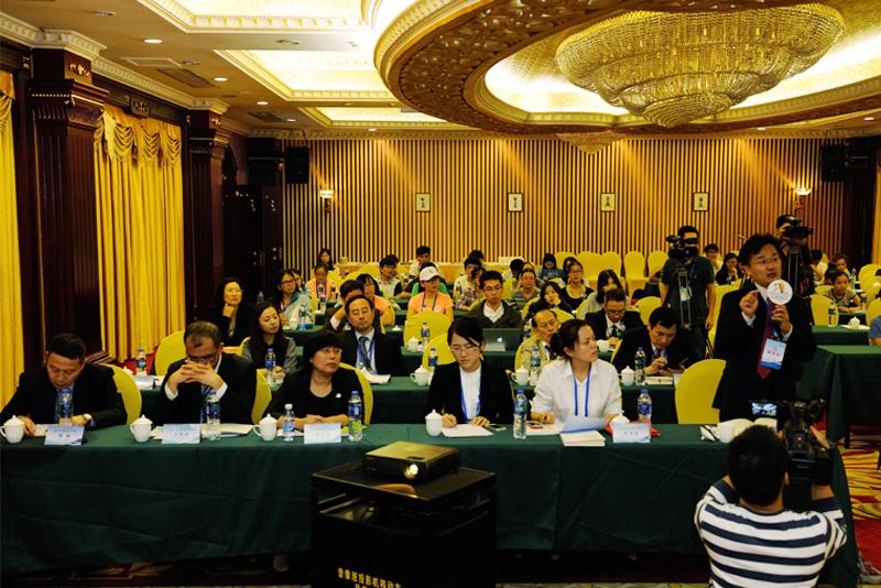 專題論壇現場,與會專家正在向演講者提問。