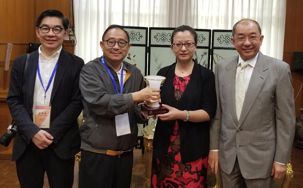 莊會長向中國駐馬大使參贊馬珈致送紀念品。