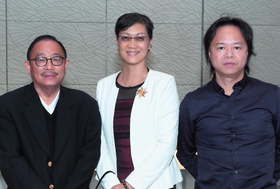 莊會長、王少主與中國駐馬領事參贊劉東源(中)合影。