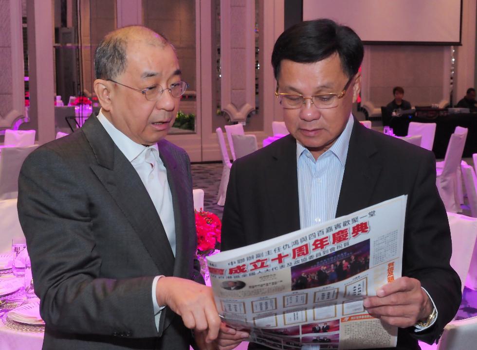 華商聯榮譽會長(馬來西亞)丹斯里蔡傌友(左)向大馬華總方天興介紹華商聯。