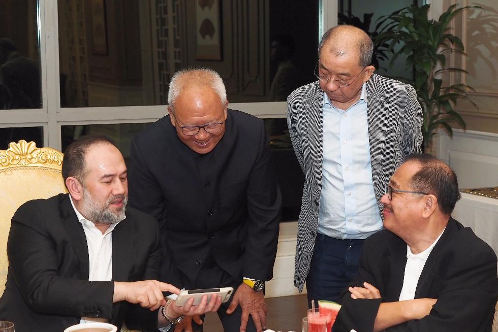 元首穆罕默德(左一)與來賓親切交流。右起:莊會長、蔡傌友及朱幼麟。
